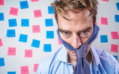 Comunicación de la empresa. El virus de la infoxicación atasca las empresas: Del informe corta y pega a las paredes del ingenio